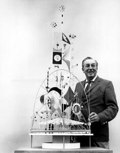 Walt Disney mit einem zu Small World gehörenden Modell, dass für die Weltausstellung angefertigt wurde © Disney