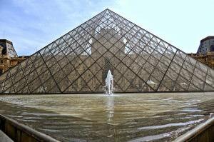 Die Pyramide im Hof des Louvre
