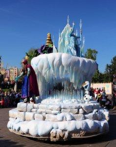 Frozen bei der Parade im Disneyland