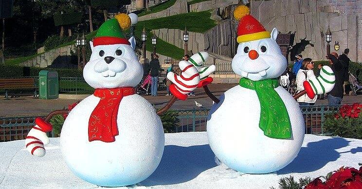 Figuren aus Schnee im Disneyland Paris