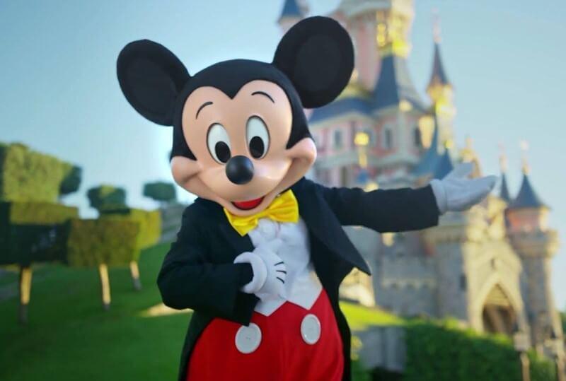 Mickey Mouse im neuen Look vor dem Schloss