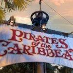 Flagge des Schiffs mit Aufschrift Pirates of the Caribbean