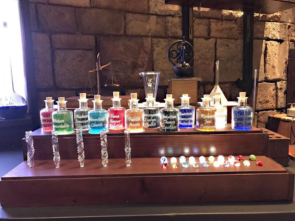 Eine Auswahl farbiger Kristalle und Zubehör für die Zauberstäbe