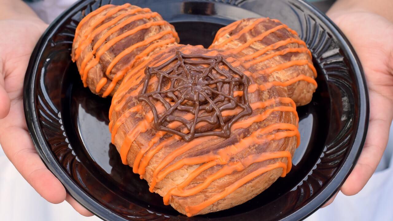 Mickey-Zimtschnecke mit Schoko-Spinnennetz