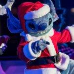 Stitch im Weihnachtsoutfit bei Merry Stitchmas im DIsneyland Paris
