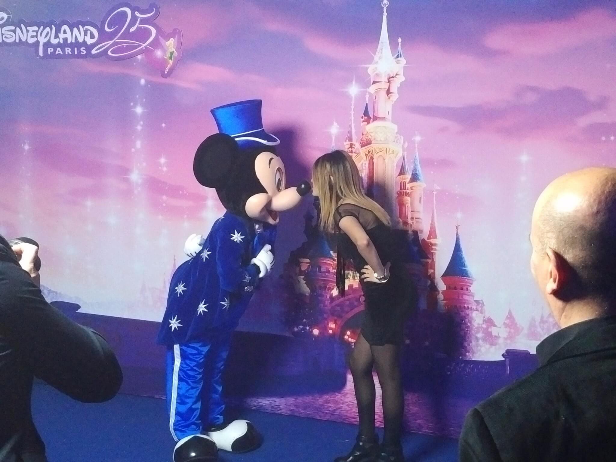 Cast Member küsst Mickey auf Nase
