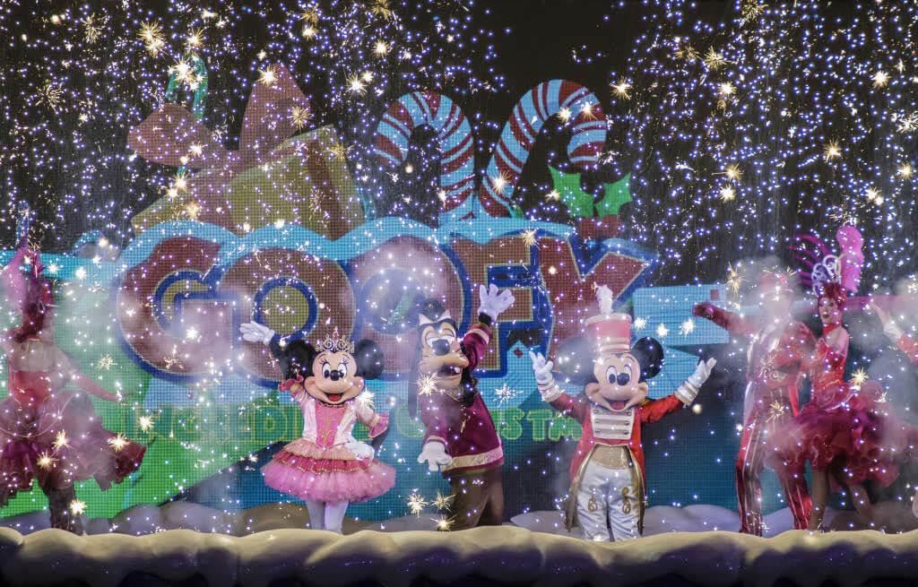 Minnie, Goofy und Mickey mit Kunstschnee auf einer Party