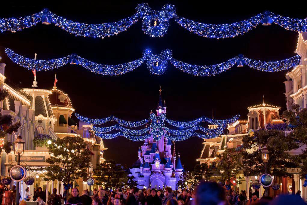 Disneyschloss mit weihnachtlicher Dekoration der Main Street USA