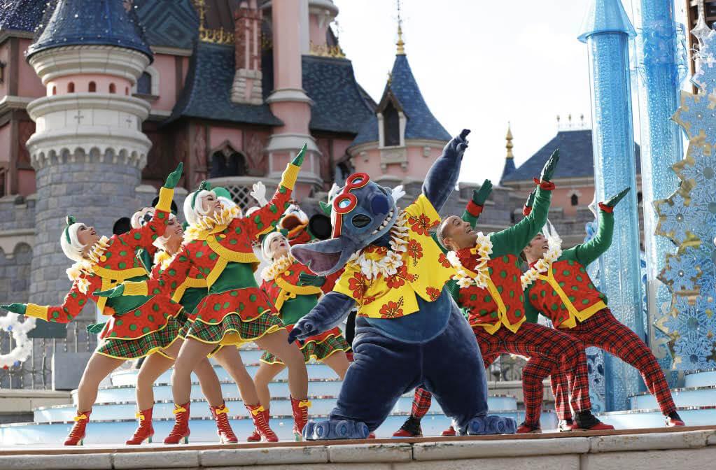 Switch und Tänzer vor dem Schloss