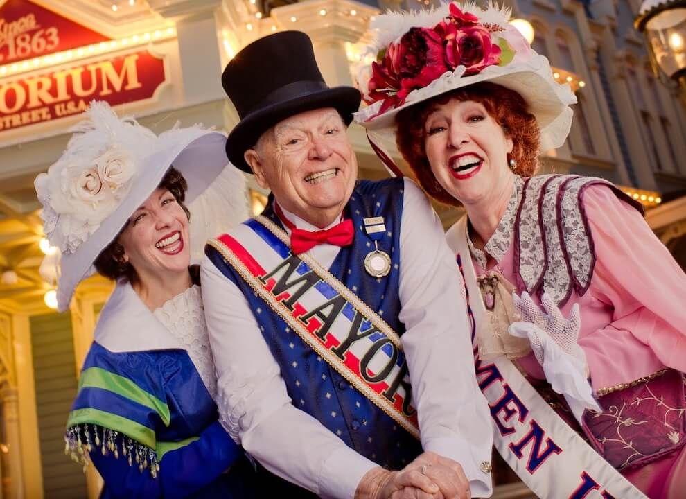 Bürgermeister und zwei Damen