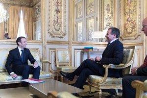 Emmanuel Macron und Rober Iger bei der Verkündung im Elysée Palast