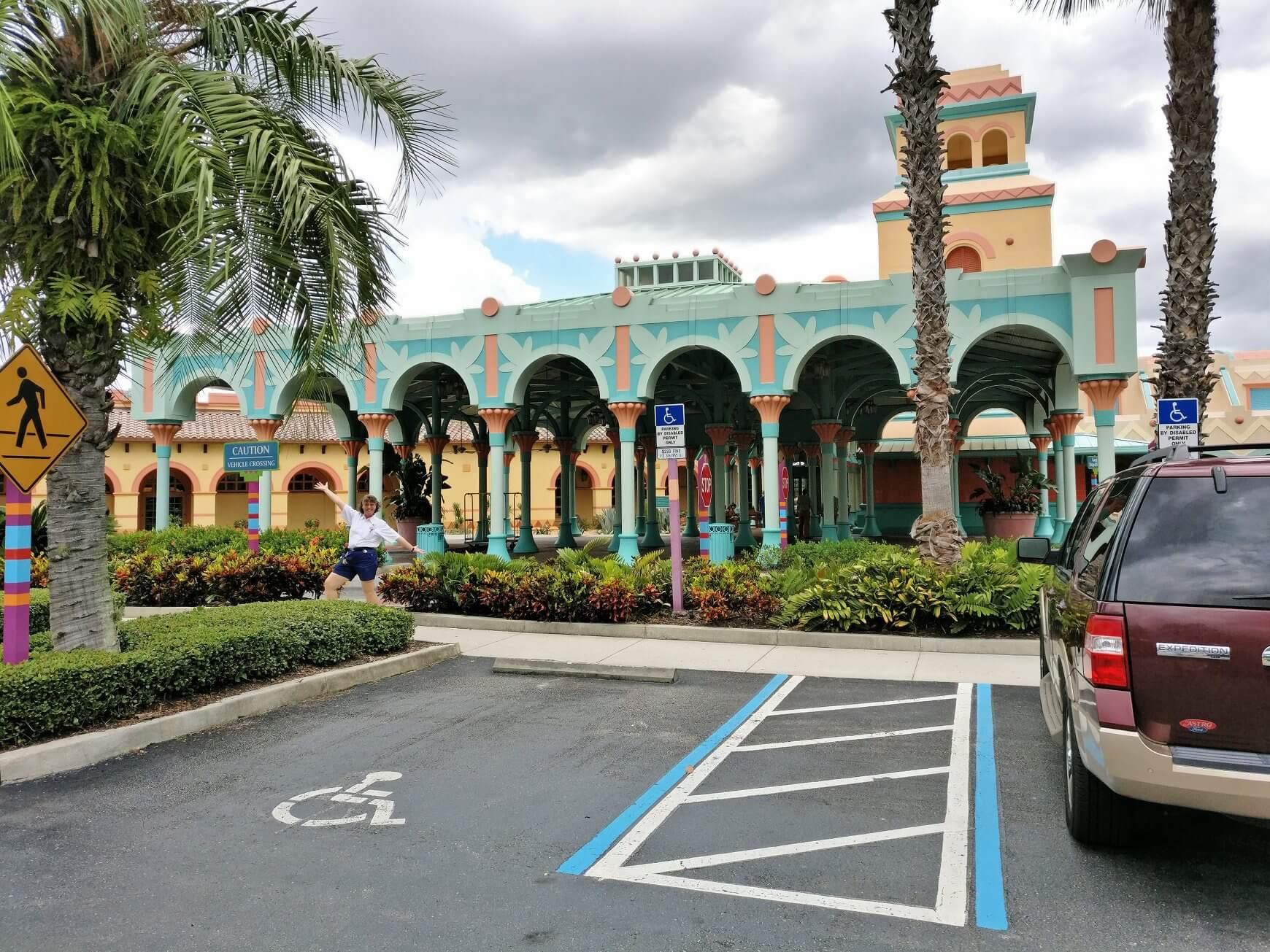 Parkplatz vor Gebäude