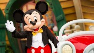 Mickey Mouse winkt und lächelt