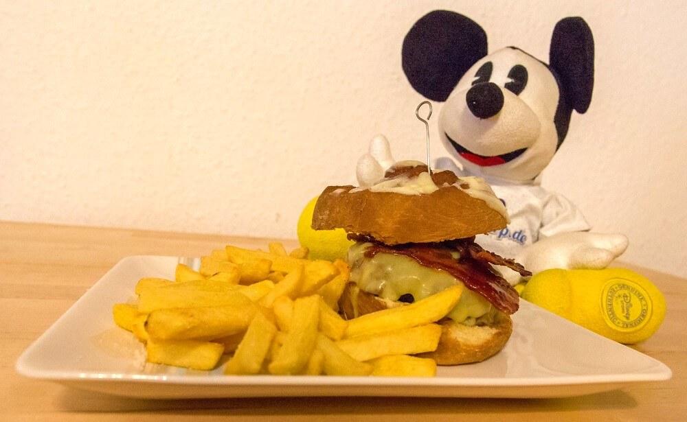 Cinnamon Bun and Candied Bacon Cheeseburger aus dem Secret Menu im All Star Movies Resort mit unserem Chef Mickey