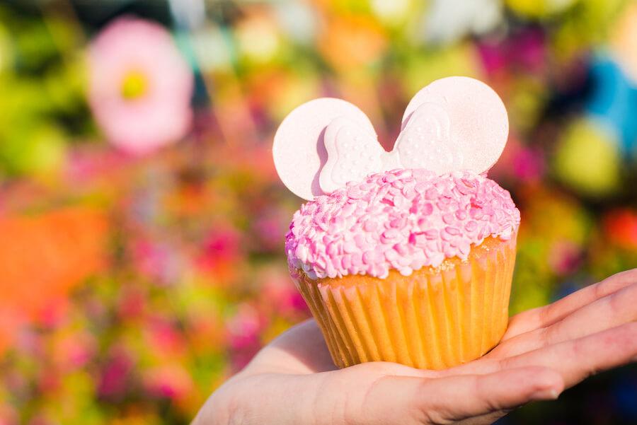 Pinker cupcake auf Hand