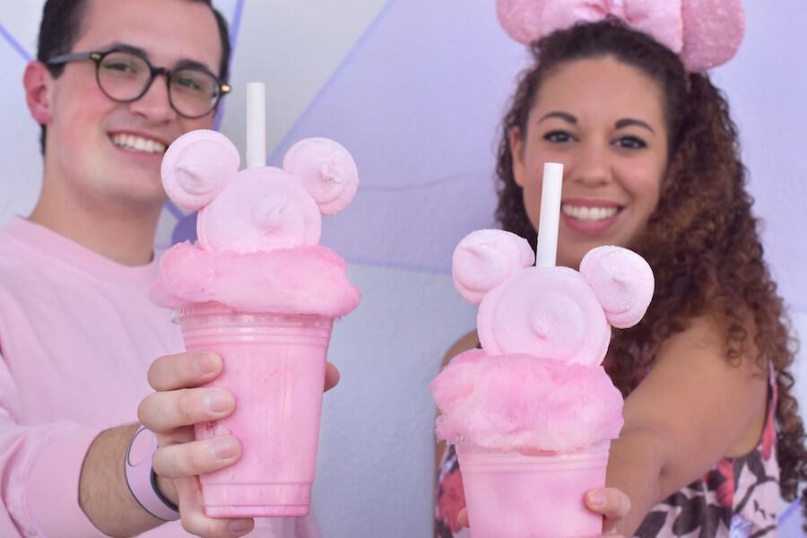 Zwei Menschen mit Milkshake