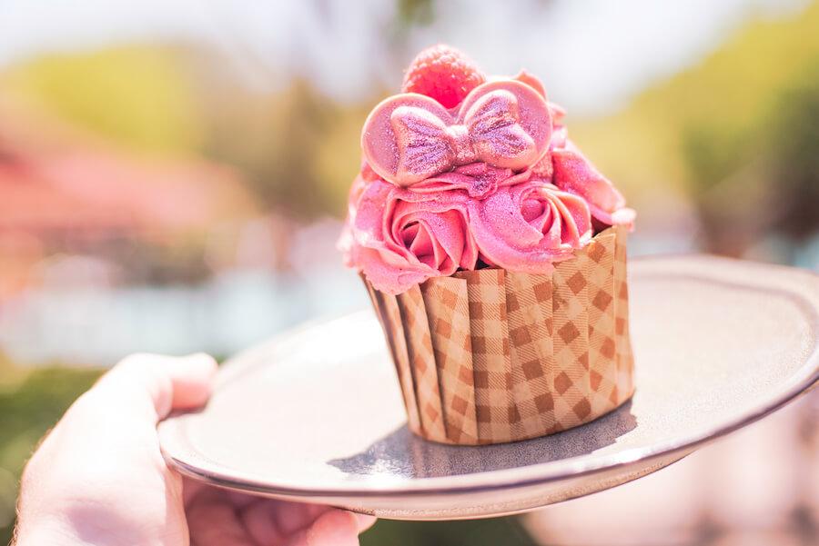 Pinker Cupcake auf Teller