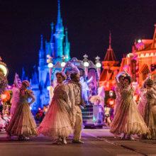 Tänzer vor Schloss an Halloween