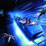 Zug des Hyperspace Mountain fährt in Lichtgeschwindigkeit mit X-Wing