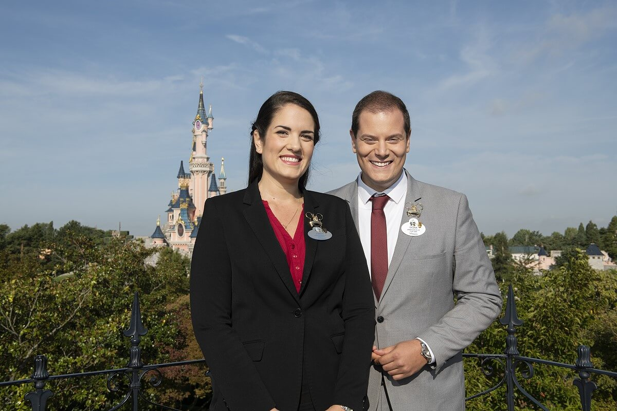 Die neuen Botschafter des Disneyland Paris mit dem Schloss im Hintergrund