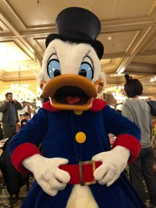 Dagobert Duck in Rock, Zylinder im Disneyland Paris