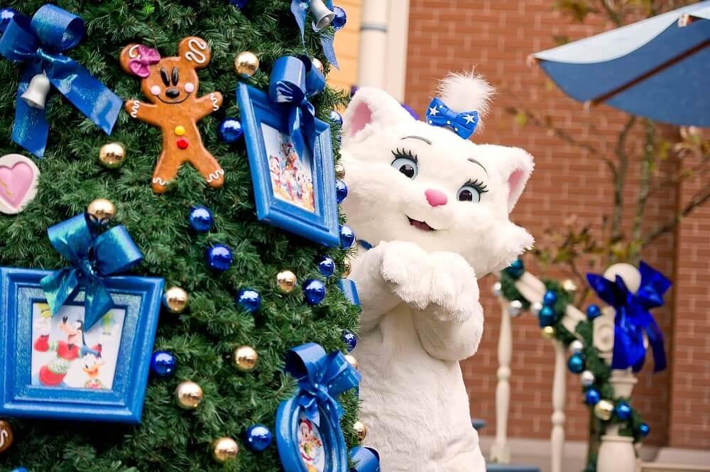 Aristocat Marie im Weihnachtslook im Disneyland Paris