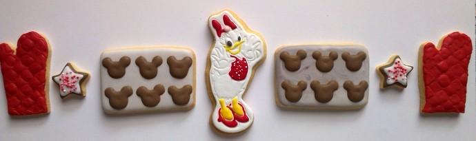 Sechs weihnachtlich dekorierte Kekse in einer Reihe