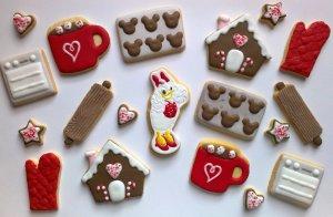 Viele weihnachtliche dekorierte Kekse
