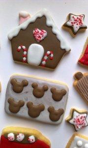 Kekse in Form eines Lebkuchenhauses und eines Blechs mit Plätzchen