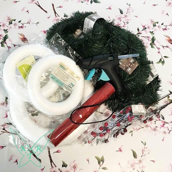 Die verschiedenen Materialien für den Weihnachtskranz