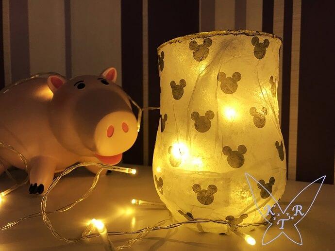 Ein beleuchtetes Windlicht steht auf einem Tisch