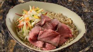 eine Schüssel mit Salat und Fleisch