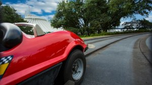 Ein Wagen auf der Strecke des Tomorrowland Speedways