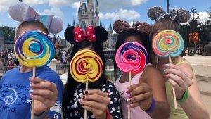 vier Frauen mit Fingernägeln im Disneylook