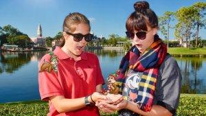 zwei junge Frauen in Epcot mit dem Chip und Chap-Magic Shot