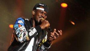 Rapper Black M auf der Bühne bei einem Auftritt