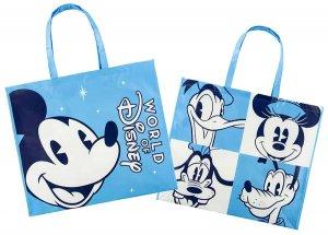 zwei blaue Einkaufstaschen vor weißem Hintergrund