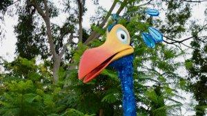 Kopf eines Vogels vor Bäumen