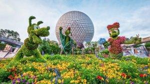 Ein Foto mit Blumen geschmückten Disney Figuren vor dem Spaceship Earth