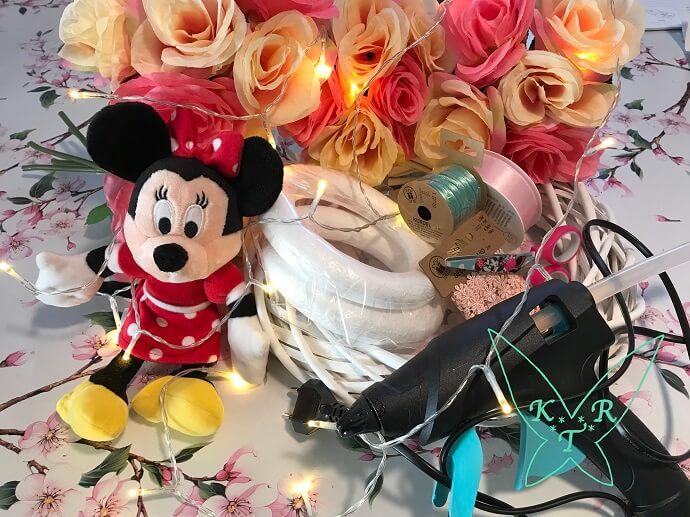 verschiedene Bastelmaterialien neben einer Minnie Maus-Plüschfigur