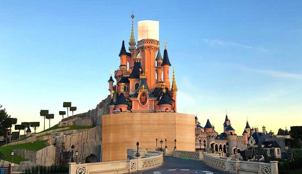 Am Sleeping Beauty Castle im Disneyland Paris sind Bauzäune zu sehen und der Rückbau hat begonnen