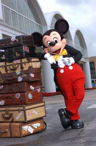 Mickey lehnt an Koffern