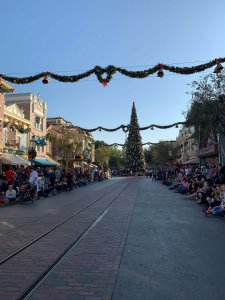 Weihnachtlich geschmückte Main Street U.S.A.