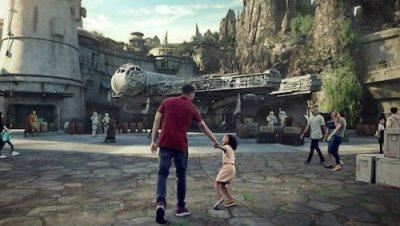 Gäste auf dem Weg zur Millennium Falcon Attraktion im Star Wars Land