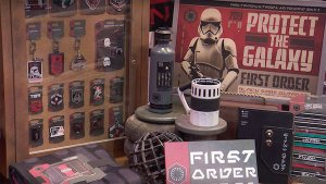Pins, Jedi Roben und vieles mehr kann man bald im Star Wars Land kaufen