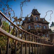 Blick auf Phantom Manor vom Zaun