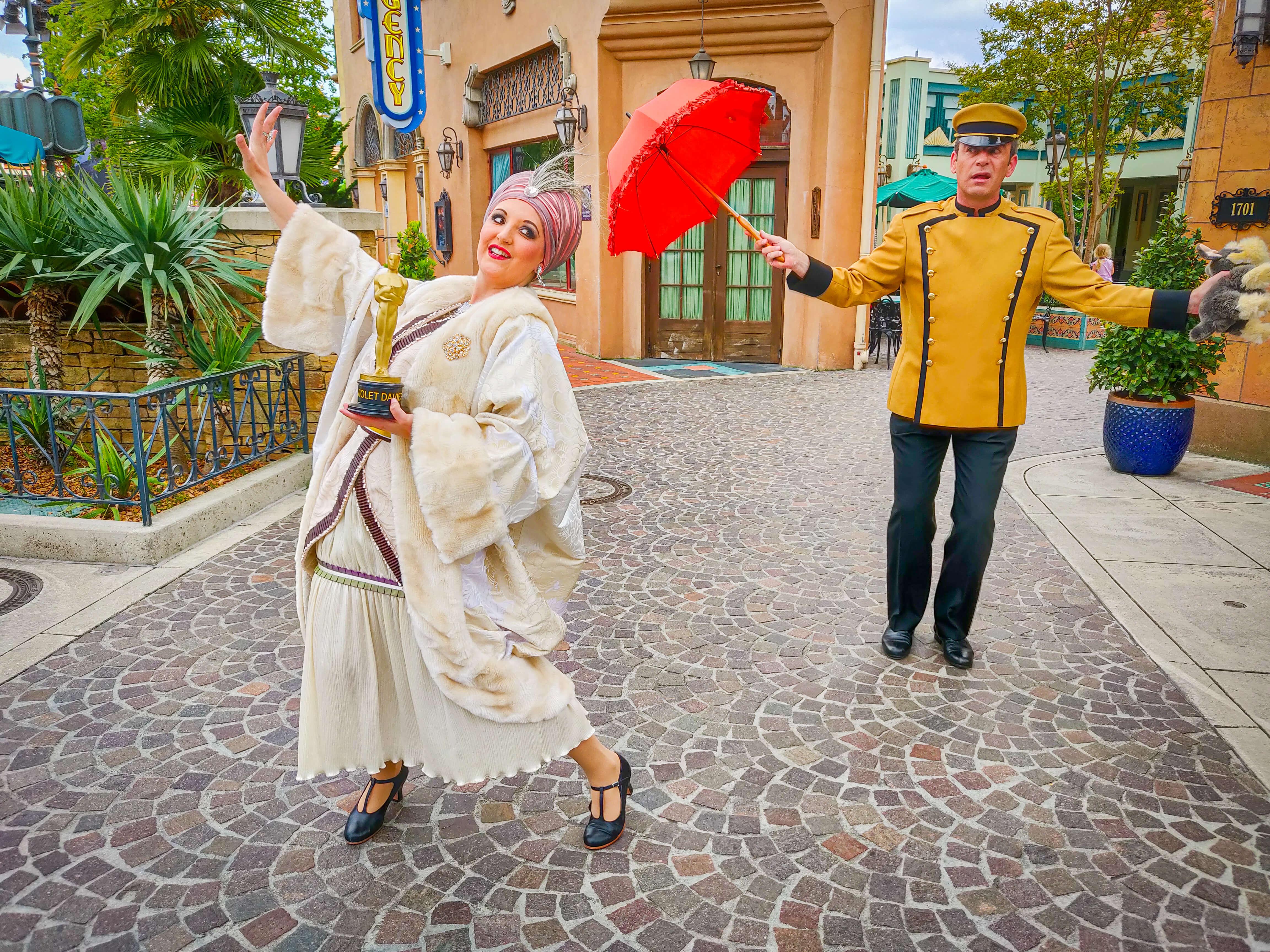 """Filmdiva Violett Davis und ihr Buttler Maxwell zaubern """"Streetmosphere"""" in die Walt Disney Studios"""