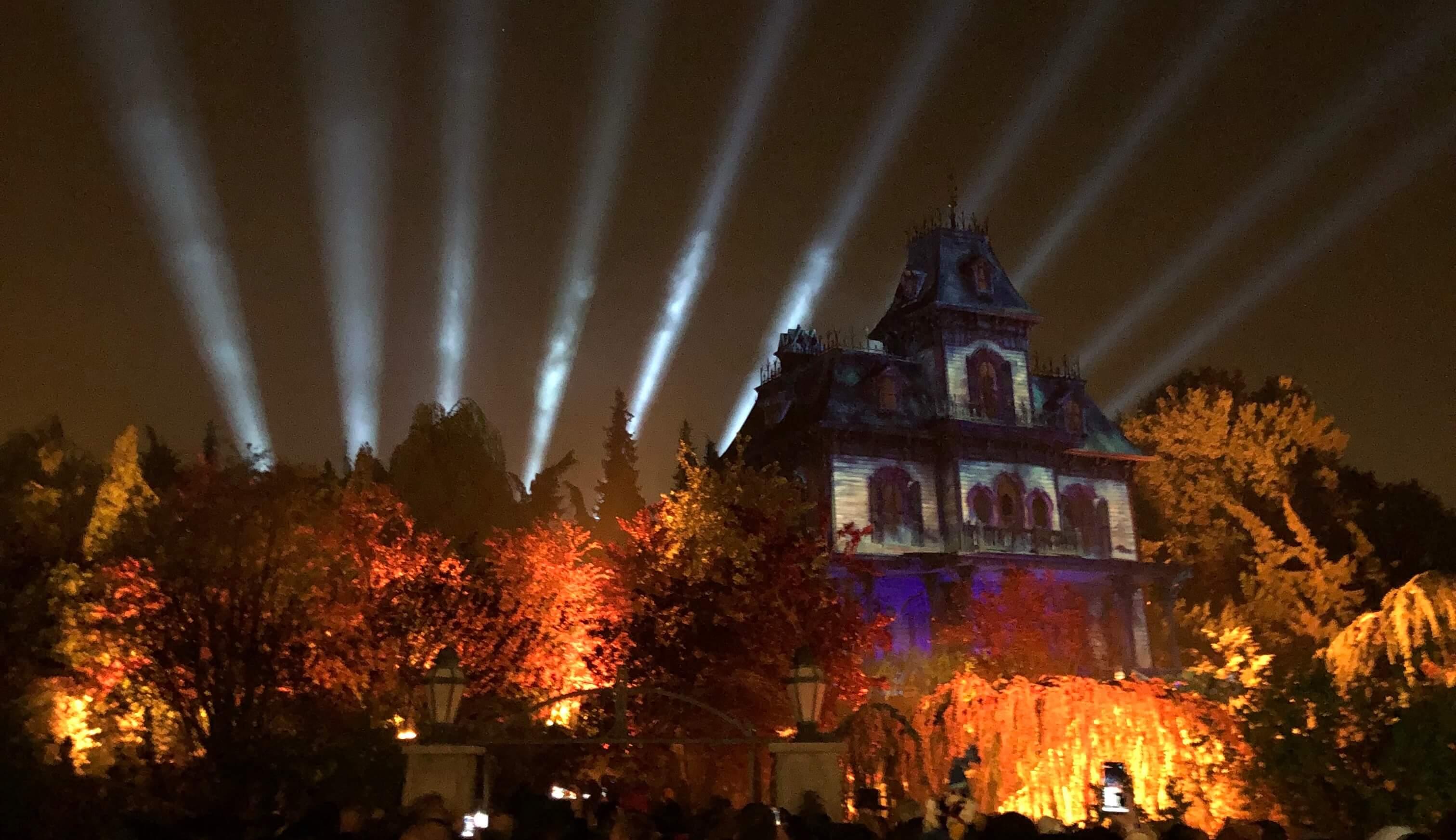 Phantom Manor beleuchtet zur Eröffnung