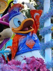 Donald Duck bei der Parade im Disneyland Paris