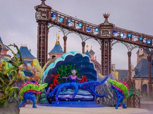"""Ursula in der Show """"Are you brave enough?"""" auf der Castle Stage in Disneyland Paris"""